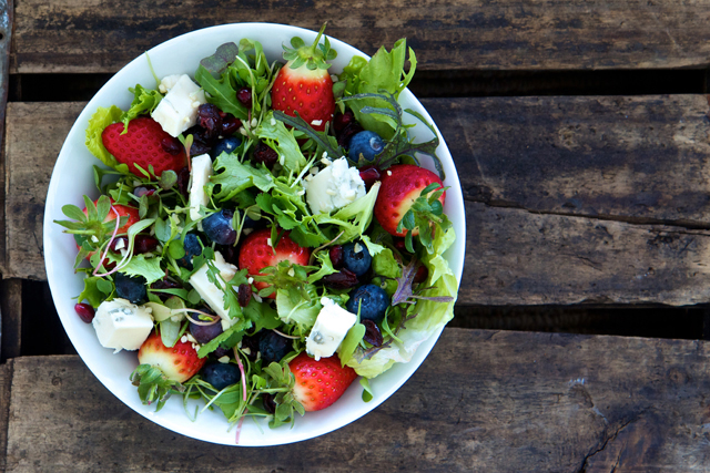 _Mixed-salad-with-gorgonzola-and-berries